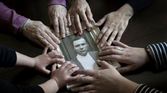En orden de generación, las manos de Dolorcita Pérez Mora (hija), Rogelia Beltrán Pérez (nieta), Patricia González Beltrán (bisnieta), y Abril Nieto González (tataranieta) acarician la fotografía de su familiar,  Rogelio Pérez Rodríguez.