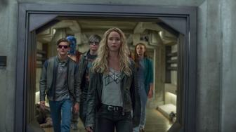 DF-17640_R – Left to right: Cyclops (Tye Sheridan), Beast (Nicholas Hoult), Quicksilver (Evan Peters), Raven (Jennifer Lawrence), and Jean Grey (Sophie Turner).