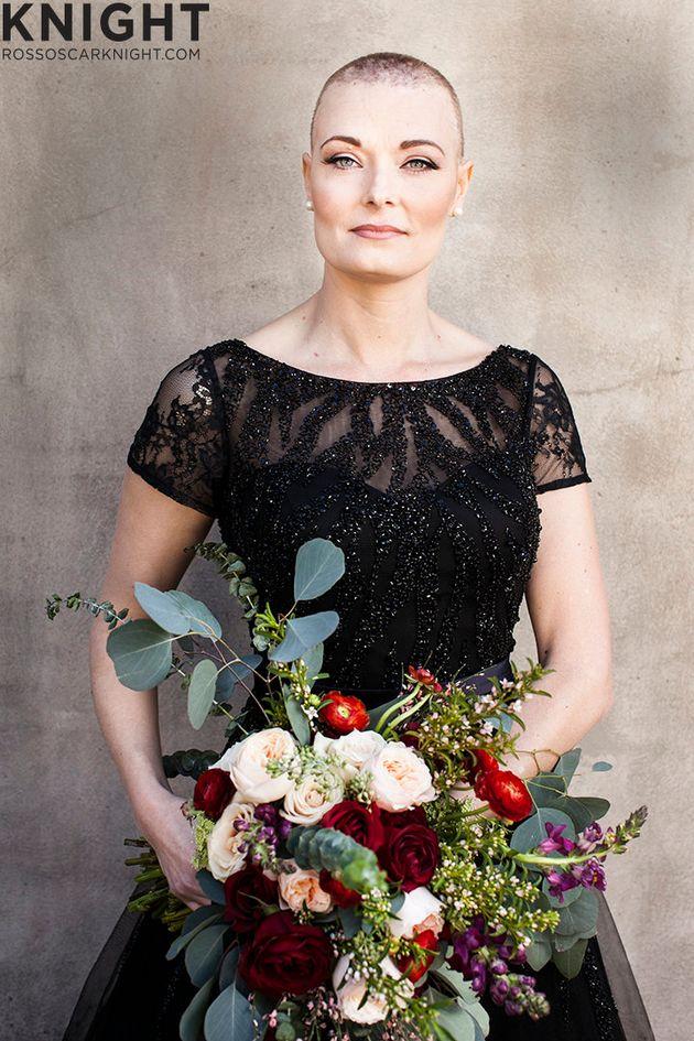乳がんを宣告された女性に、力をあわせて婚約写真をプレゼント(画像)