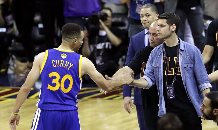 Stephen Curry shakes hands with a fanwho was talking mad trash all night.