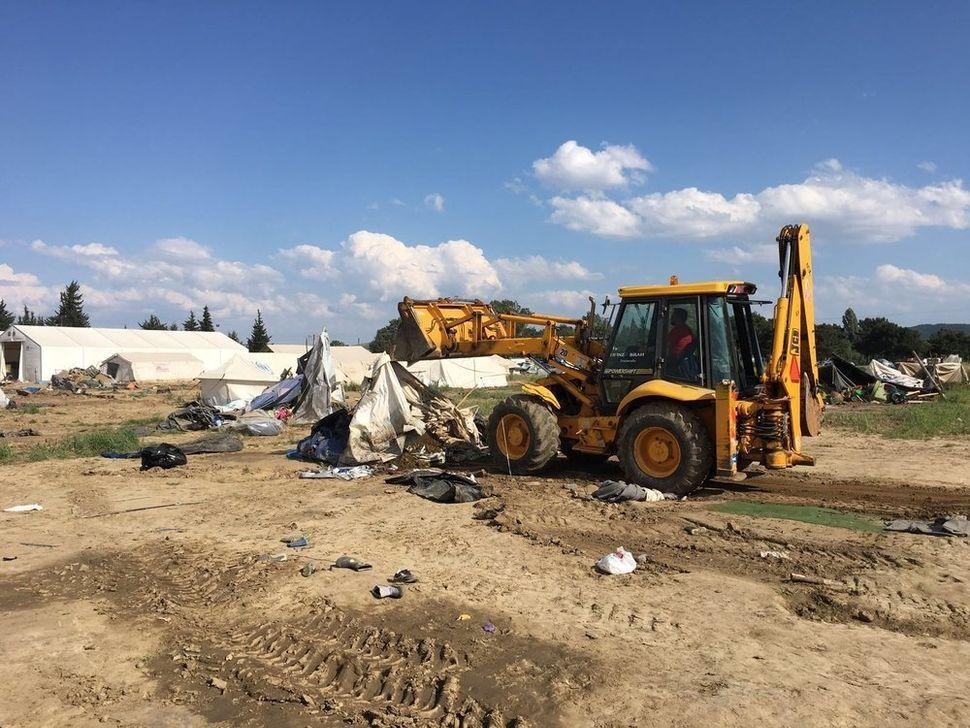 Authorities evacuate themakeshift camp of Idomeni.