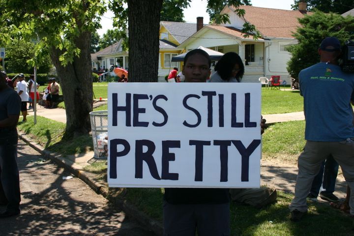 """Grand Avenue was filled with tributes to Ali on the day of his funeral, including this one from a local resident that played off of one of his most famous declarations, """"I'm pretty!"""""""