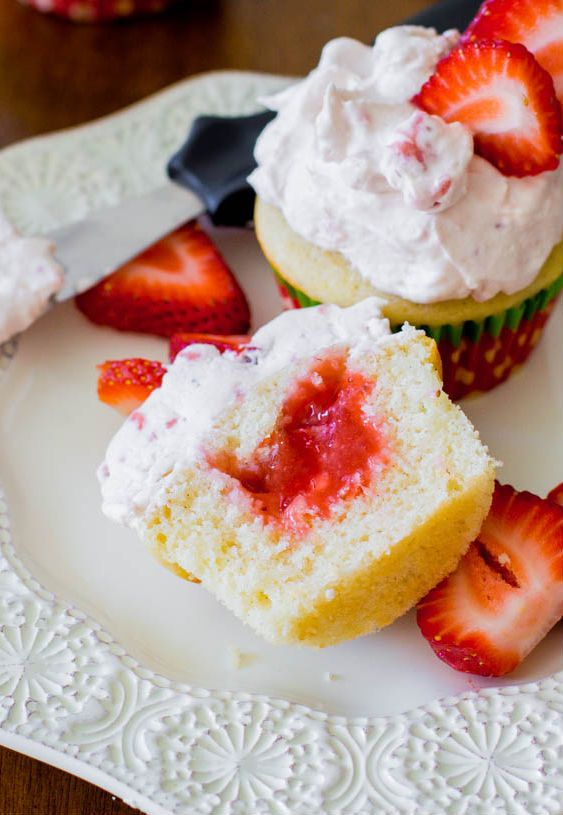 "<strong>Get the <a href=""http://sallysbakingaddiction.com/2013/05/17/strawberry-shortcake-cupcakes/#ixzz2YlEE1wYe"" target=""_b"