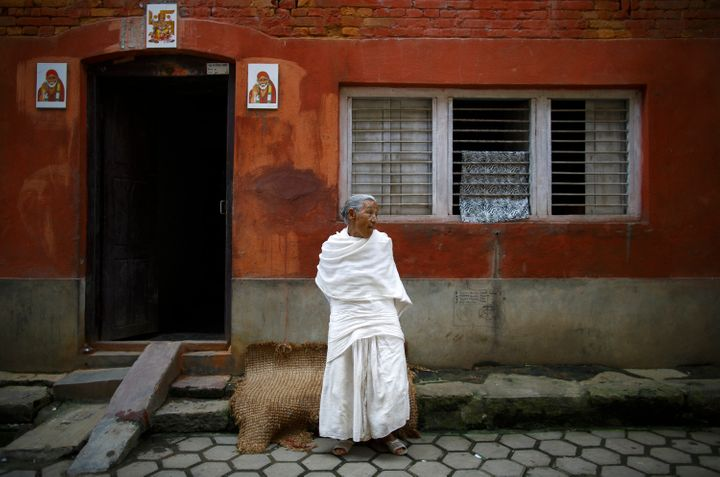 When a woman in Nepal loses her husband, she often wears white clothes. The culture also requires widowsto shun merrime