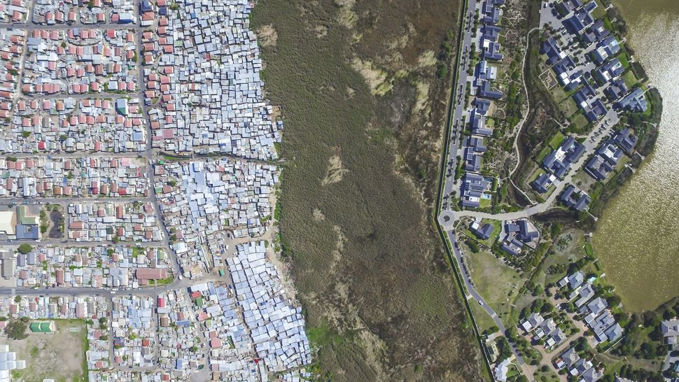 <strong>Masiphumelele / Lake Michelle.</strong> Picturesque suburbs look out onto the glistening waters of Lake Michelle, 20k