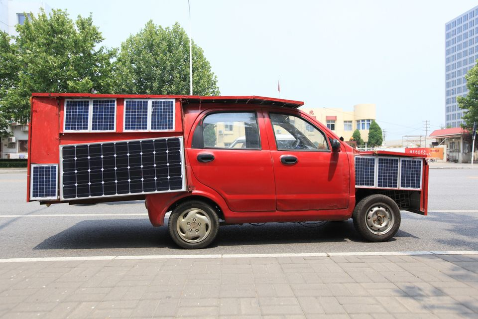 A self-made solar car in a Tianjin street drew lots of attention on June 22.