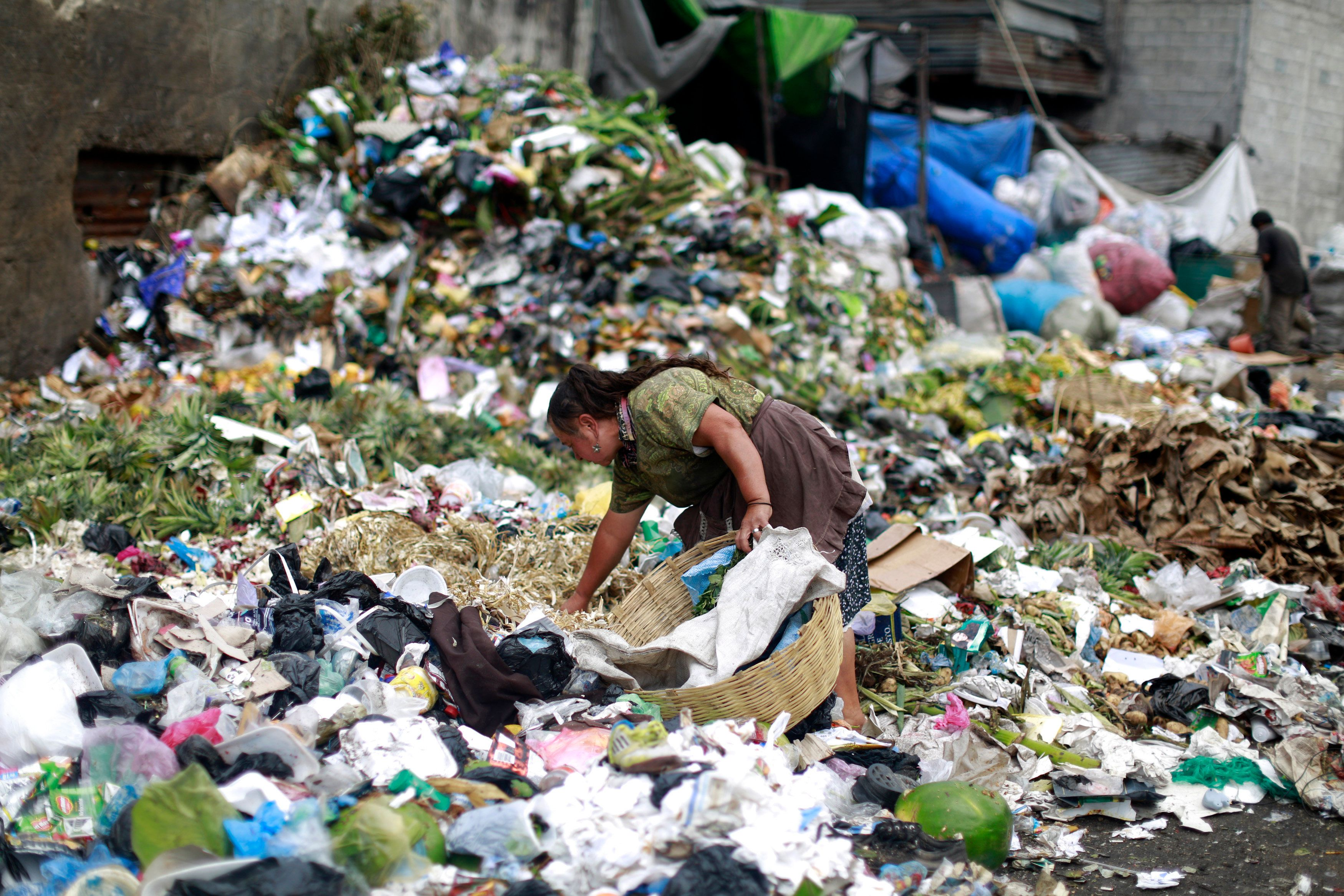 A woman searches for food at the garbage dump of the La Terminal food centre, one of the largest food markets in Guatemala City February 27, 2015. REUTERS/Jorge Dan Lopez (GUATEMALA - Tags: SOCIETY FOOD)