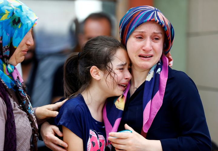 <i></i>Relatives of one of the victims of the&nbsp;blast at Istanbul Ataturk Airport mourn in front of a morgue in the Turkis