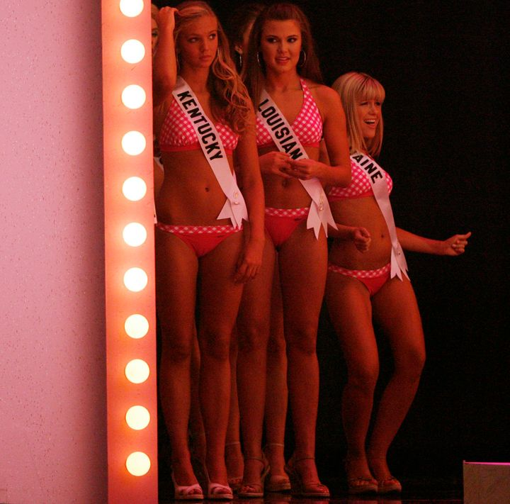 Miss Teen USA 2007 contestants Katrina Marie Giannini (L), Logan Brook Travis (C), Amanda Noel Pelletier wait backstage durin