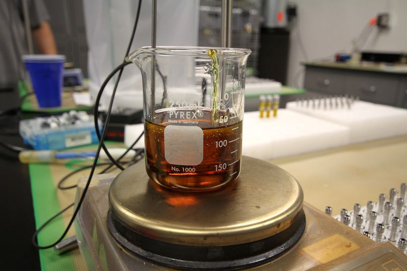 <i>The final product is a clear oil without chlorophyll, with a slightly higher viscosity than honey</i>.