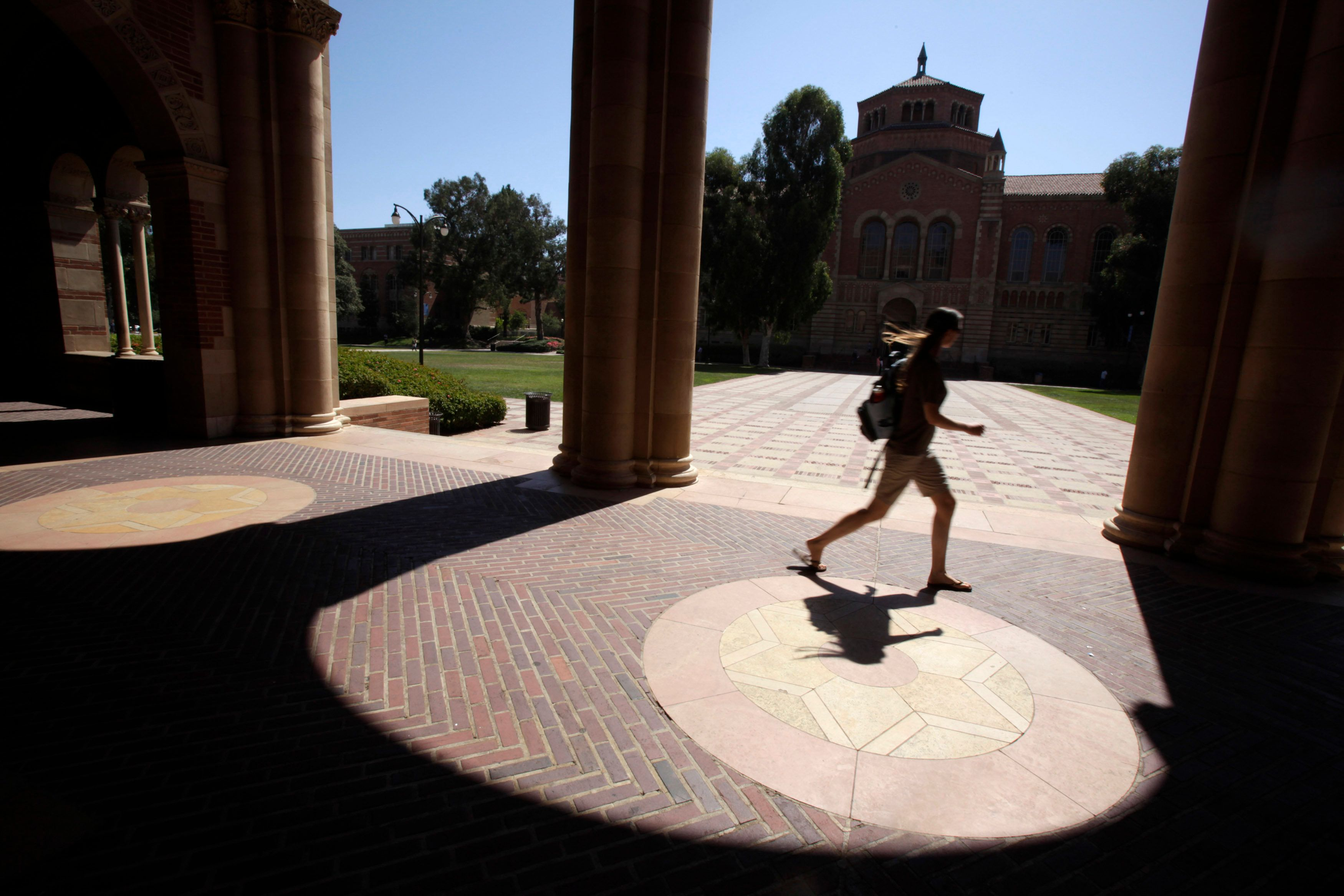 A student walks on the University of California Los Angeles (UCLA) campus in Los Angeles, September 18, 2009.  REUTERS/Lucy Nicholson (UNITED STATES EDUCATION)
