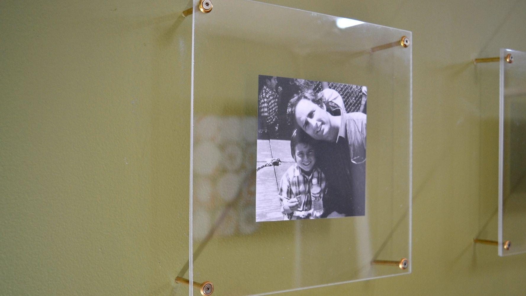 потому как фотографировать картины под стеклом планетарий