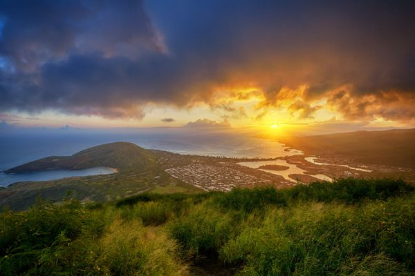 """At the top of Koko Head Crater's<a href=""""http://www.huffingtonpost.com/entry/obama-koko-head-stairs-hawaii_us_5679f680e"""