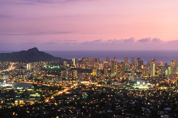 Drive the winding road upto Puu Ualakaa State Park to see Hawaii's busiest cityfrom above. (Island of Oahu)