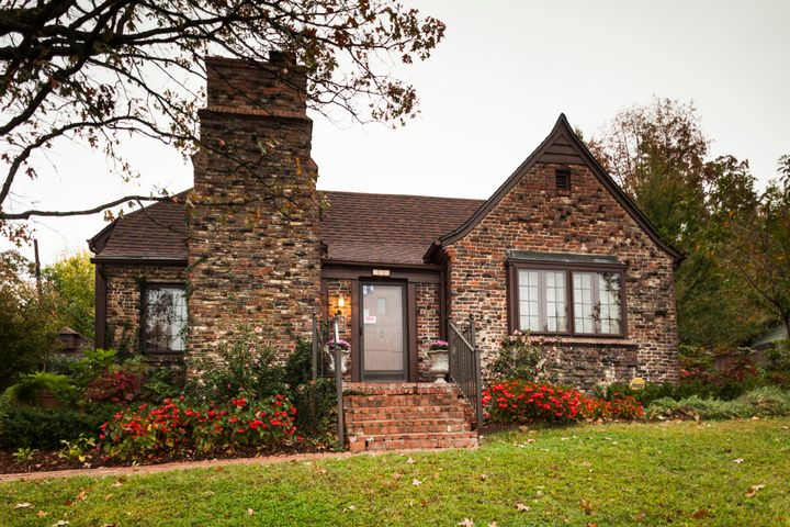 This is the home where the Clintons lived and wed, located at930 W. Clinton Drive (formerly California Drive) in Fayetteville, Arkansas.