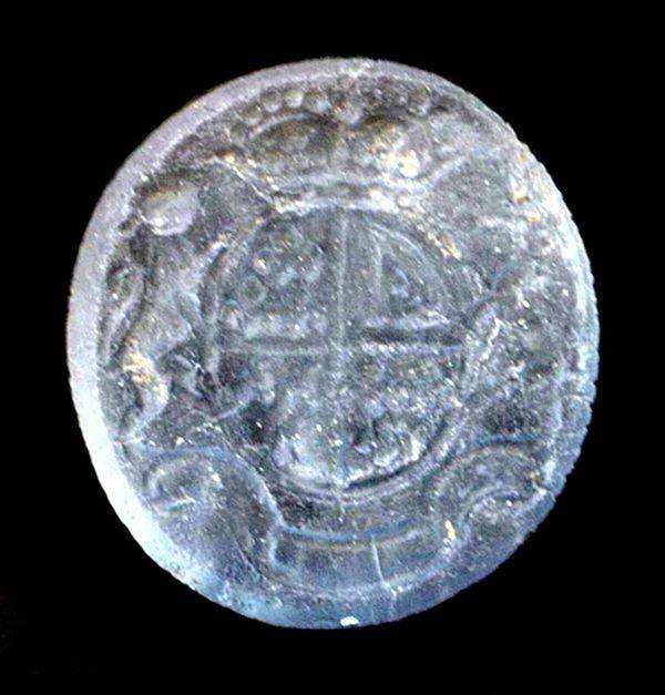 This gemstone displaysthe British Royal Coat of Arms.