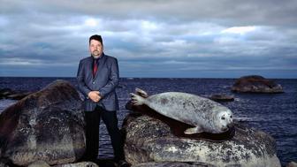 20/10/2014. Trophées subjectifs. Finlande. Ilot de Jyvaskila (Rocher aux phoques), en face de la ville de Kemi. Jouni Heinikoski avec un phoque gris.©Pierre Abensur