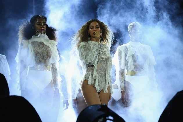 Beyoncé pays tribute to fallen Dallas cops, begs for peace