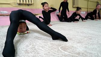 Young contortionists practice at a training school in Ulaanbaatar, Mongolia, July 4, 2016. Picture taken July 4, 2016. REUTERS/Natalie Thomas     TPX IMAGES OF THE DAY