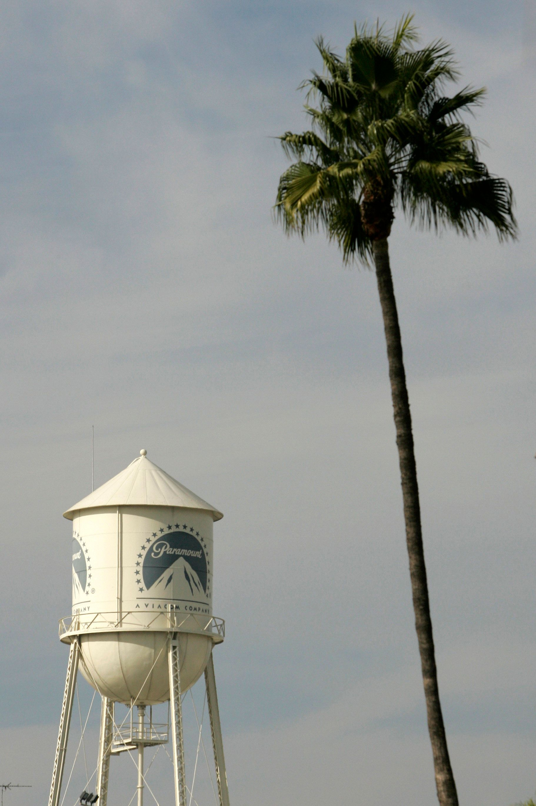 The water tower at Paramount Pictures studios is seen in the Hollywood portion of Los Angeles, California, November 4, 2007. Film and television writers and representatives of U.S. TV networks and movie studios met on Sunday in a final effort to try to agree on a new contract and avert a planned strike, a spokeswoman for the writers said.   REUTERS/Danny Moloshok (UNITED STATES)