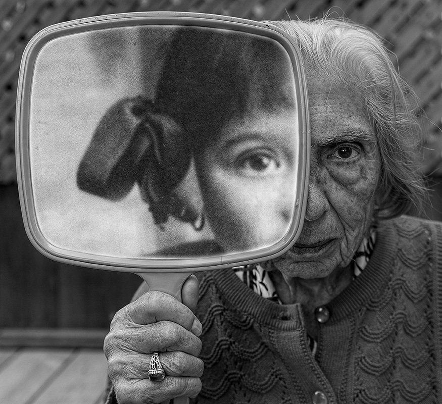치매환자인 어머니의 얼굴을 찍는 사진작가의