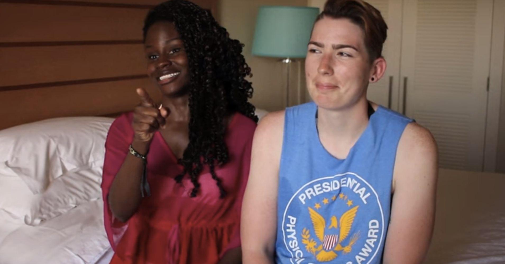 lesbische Ebony Strap op
