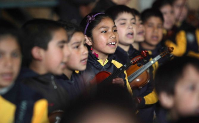 Over 800 children singing with Chilean folklore group Los Jaivas at the Christmas 2015 concert