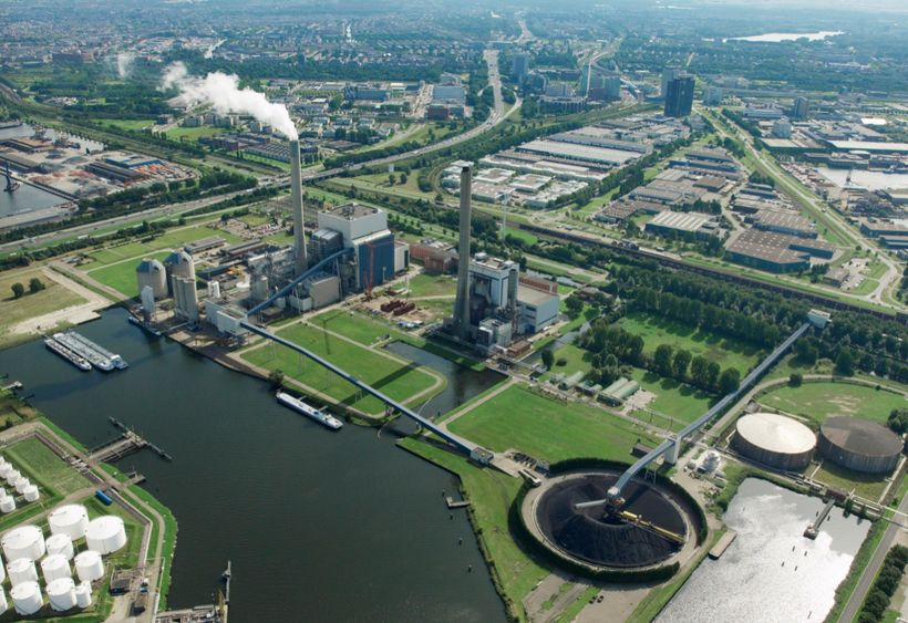 <i>N.V. Nuon Energy's 630 MW Hemweg coal power plant in Amsterdam, built in the 1990s, supplies energy to 3.1 million househo