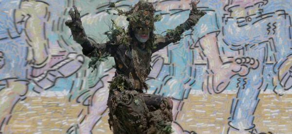 Watch This Guy Dress Up Like A Tree And Seriously Freak Out Pedestrians