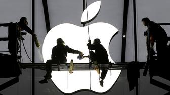 """Workers prepare for the opening of an Apple store in Hangzhou, Zhejiang province, January 23, 2015.  REUTERS/Chance Chan/File Photo    GLOBAL BUSINESS WEEK AHEAD PACKAGE - SEARCH """"BUSINESS WEEK AHEAD JULY 25"""" FOR ALL IMAGES"""