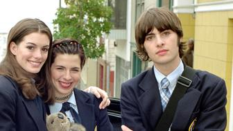 """Actress Anne Hathaway (L) plays a shy teenager who discovers she is a real-life princess in Walt Disney Pictures' comedy """"The Princess Diaries,"""" opening in U.S. theaters on August 3, 2001. A reluctant royal, she must decide between her duties as heir to the throne of Genovia and her desire to lead a normal life with her friends, played by Heather Matarazzo (C) and Robert Schwartzman (R)."""