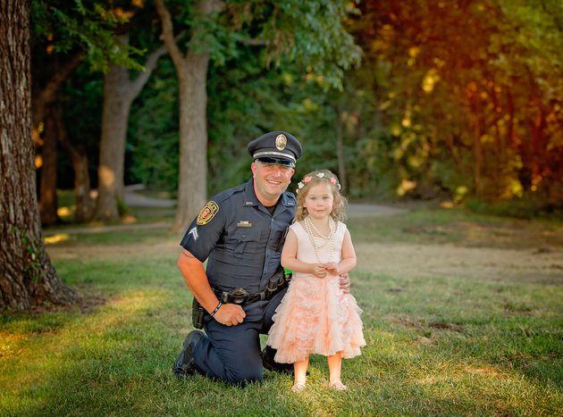 警察官、2歳の女の子とティータイム。2人にとって忘れられない日だから
