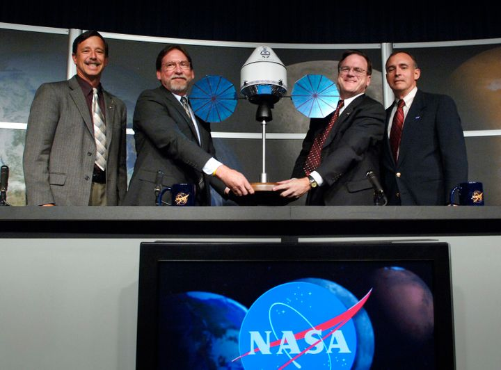 <i>NASA officials unveil a model of Orion after announcing Lockheed Martin had been chosen as the spacecraft&rsquo;s prime co