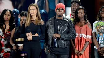 INGLEWOOD, CA - JULY 31: Actress Jessica Alba (L), recording artist Ne-Yo and victims of gun violence speak onstage during Teen Choice Awards 2016 at The Forum on July 31, 2016 in Inglewood, California.  (Photo by Kevin Mazur/Fox/Getty Images for Fox)