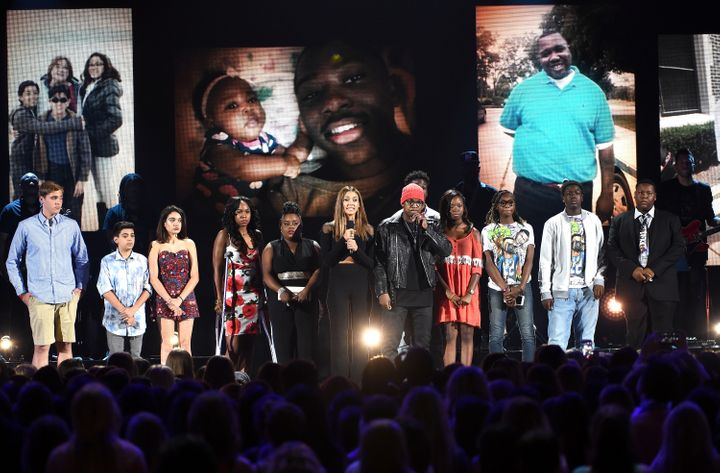Jessica Alba and Ne-Yo closed off their tribute by asking the audience to use the hashtag #StopTheViolence.