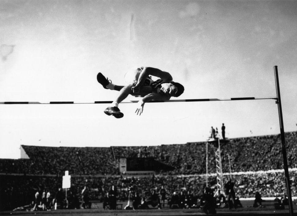 The USA's Walter Davis sets high jump recordat the Helsinki 1952 Olympics.