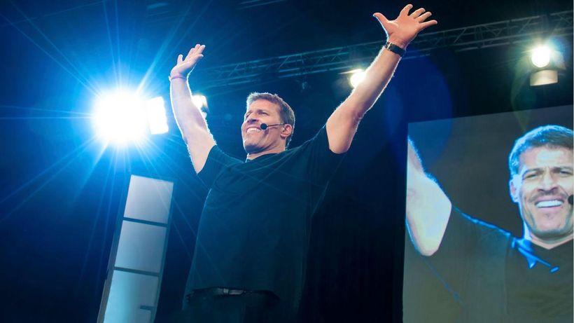 "<a href=""http://pics.filmaffinity.com/tony_robbins_i_am_not_your_guru-658875651-large.jpg"" target=""_blank"">Tony Robbins at Da"