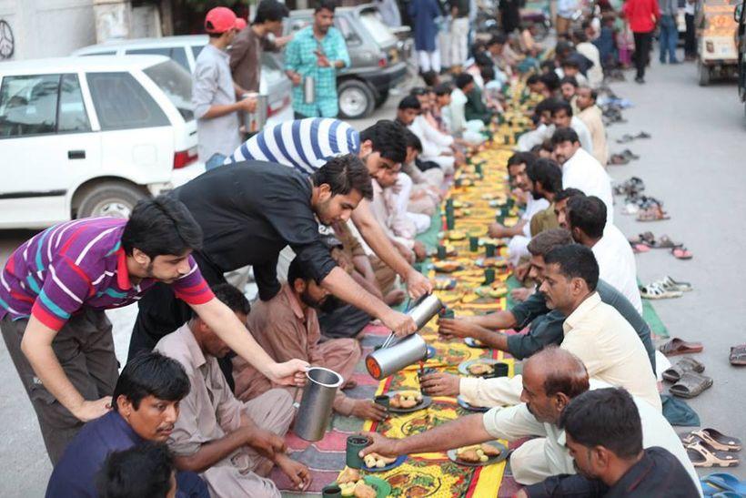 Volunteers distributing meals to poor localities in Karachi, Pakistan