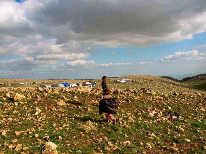 Yazidi IDP children amid tent encampments on Mount Sinjar.