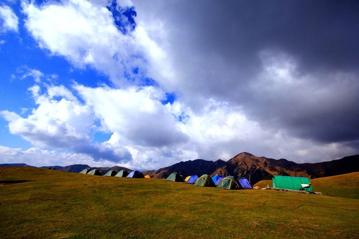 Bedni Bugyal campsite, as green and cobalt blue as it can get!