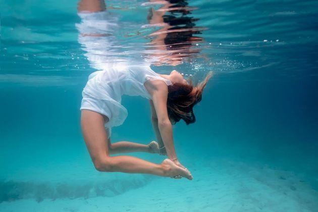 水中ヨガ、その神秘的な瞬間が美...