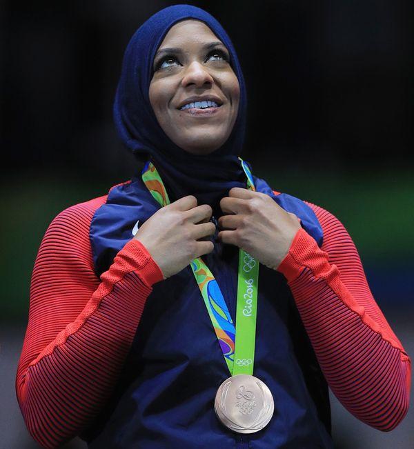 """Fencer <a href=""""https://www.huffpost.com/entry/first-us-olympic-athlete-hijab-ibtihaj-muhammad_n_56b0f0cee4b0a1b96203dac5"""">Ib"""