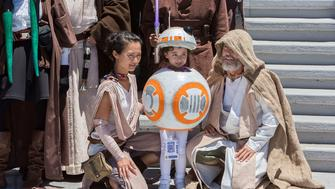 SAN DIEGO, CA - JULY 22:  Fans dressed in Star Wars themed costumes gather for a group photo at Comic-Con International 2016 - Day 2 on July 22, 2016 in San Diego, California.  (Photo by Daniel Knighton/FilmMagic)