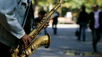 A man plays the saxophone in New York's Central Park October 12, 2007.   REUTERS/Shannon Stapleton (UNITED STATES)