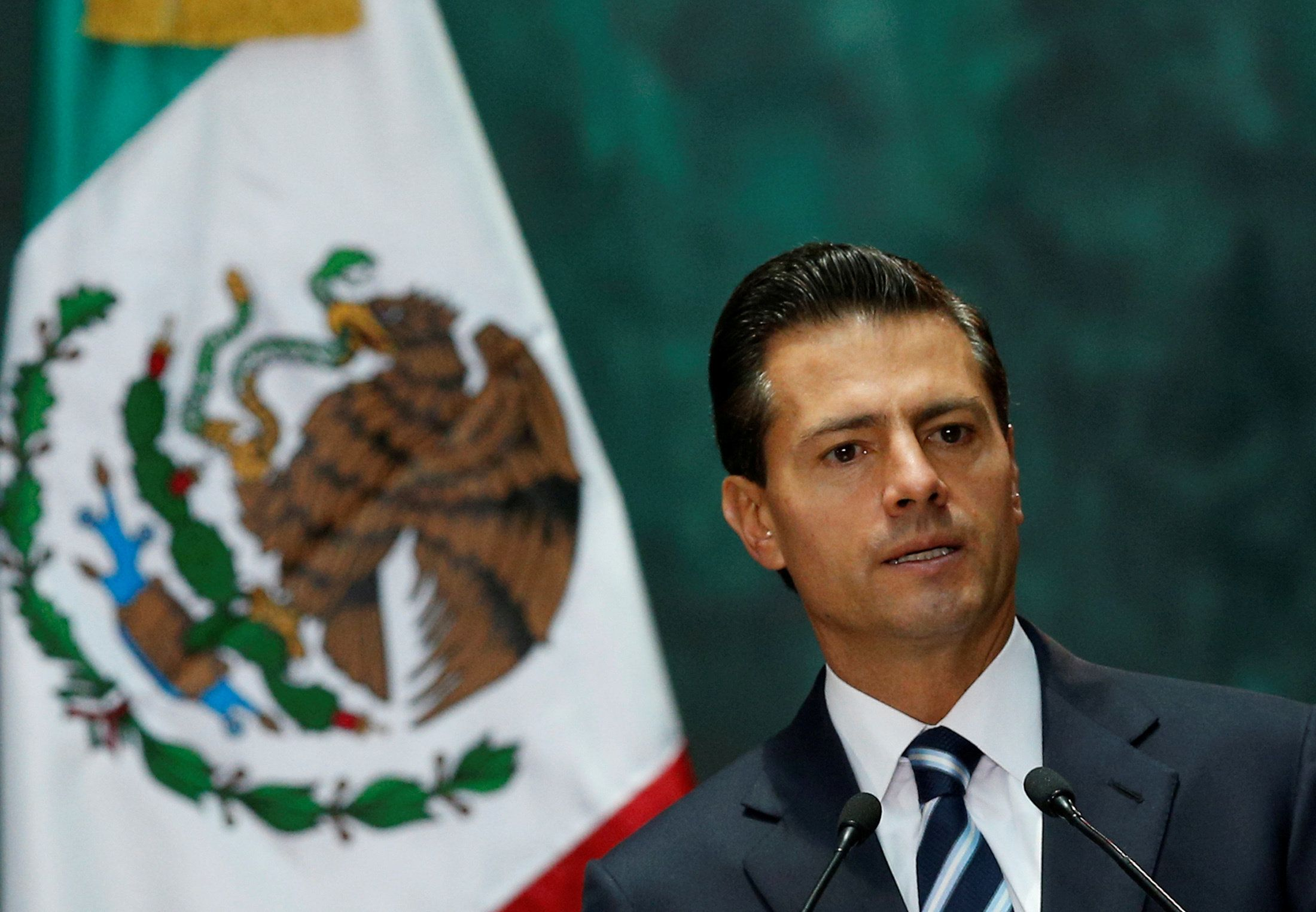 FILE PHOTO: Mexico's President Enrique Pena Nieto gives a speech next to Australia's Governor-General Peter Cosgrove during an official welcoming ceremony, at the National Palace in Mexico City, Mexico August 1, 2016. REUTERS/Henry Romero/File photo