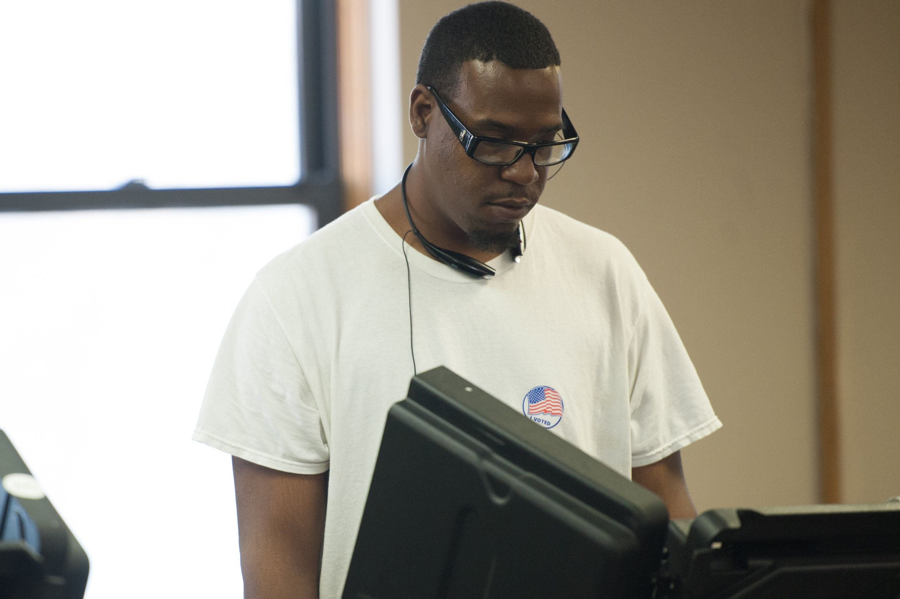 A man casts his ballot during Missouri primary voting at the First Baptist Church of Ferguson on March 15, 2016 in Ferguson, Missouri. / AFP / Michael B. Thomas        (Photo credit should read MICHAEL B. THOMAS/AFP/Getty Images)