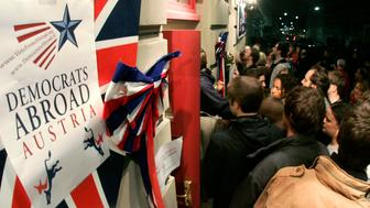 Supporters of the U.S. Democratic Party try to enter a pub to follow the U.S. presidential elections in Vienna, Austria, November 4, 2008. Democrats Abroad, the overseas branch of the U.S. Democratic Party, were holding simultaneous gatherings and parties worldwide to follow the voting results in the United States.  REUTERS/Herwig Prammer  (AUSTRIA)     US PRESIDENTIAL ELECTION CAMPAIGN 2008  (USA)