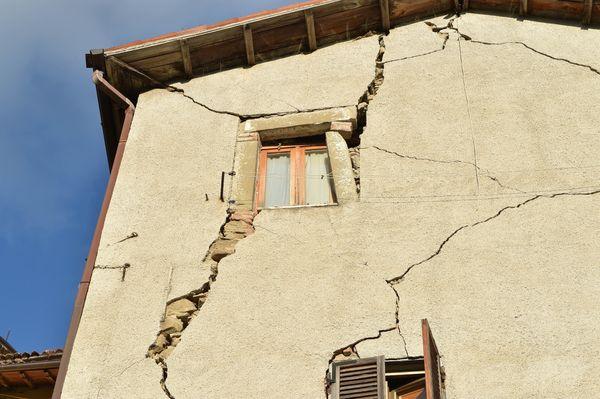 A cracked building facade in Arquata del Tronto.