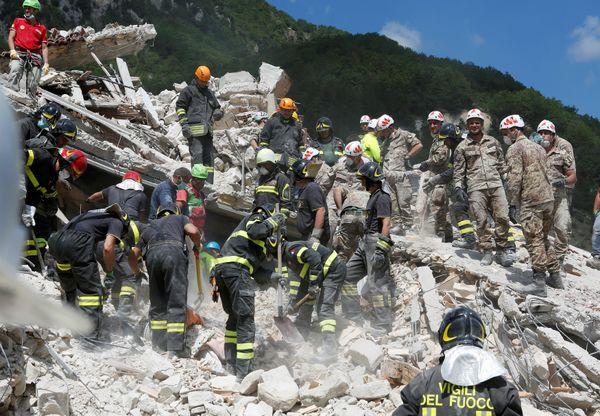 Rescuers amid the rubble inPescara del Tronto.