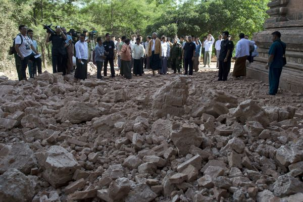 Myanmar president Htin Kyaw (C) and goverment officals inspect the damaged ancient pagoda of Sulamani.